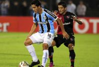 Milton Casco of Argentina\'s Newell\'s Old Boys (R) challenges Bressan of Brazil\'s Gremio during their Copa Libertadores soccer match in Rosario March 19, 2014.