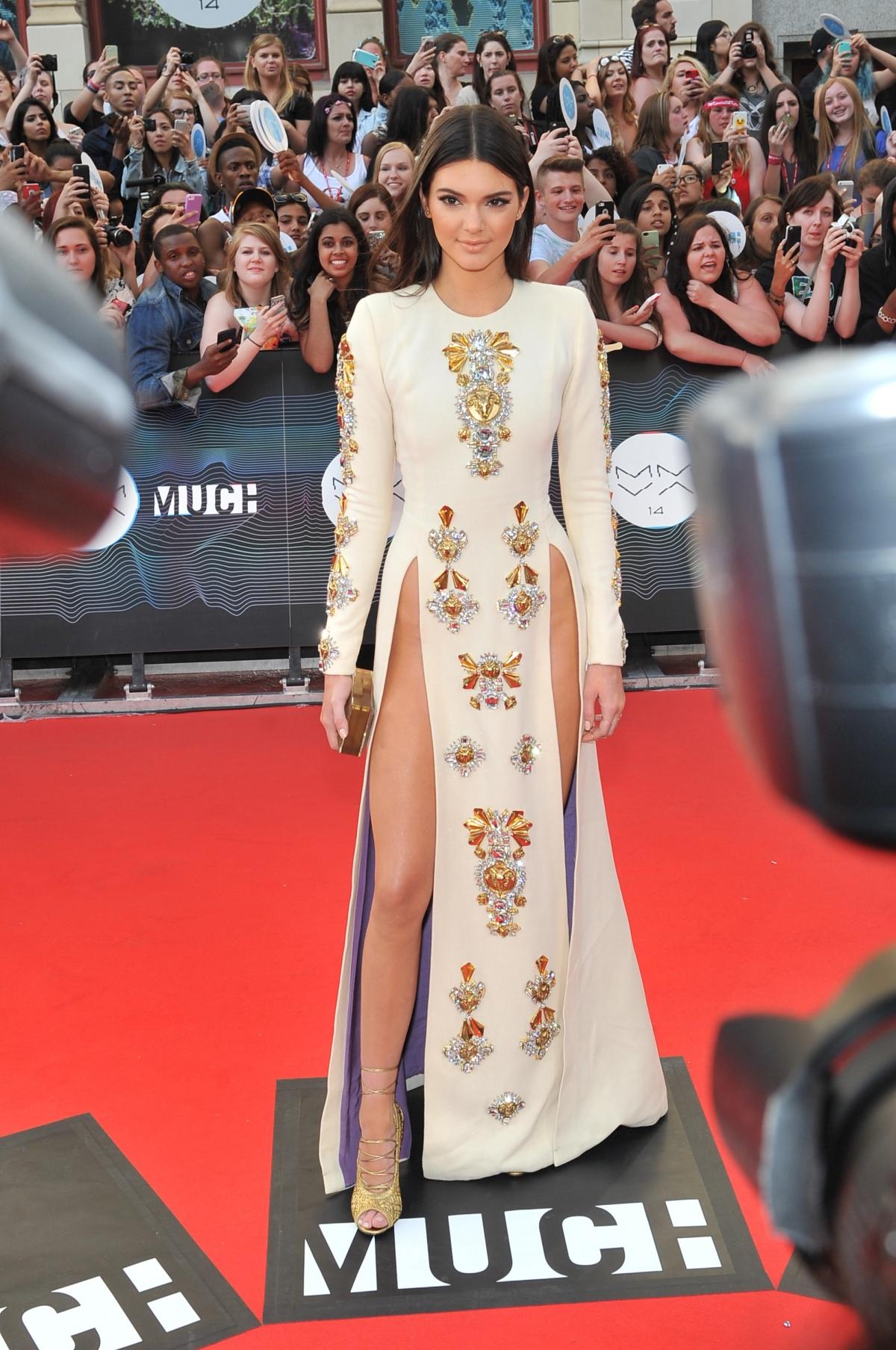 Kendall Jenner en robe fendue aux MuchMusic Video Awards