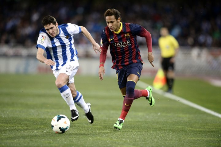 Barcelona's Neymar (R) fights for the ball with Real Sociedad's Zaldua during their Spanish first division soccer match at Anoeta stadium in San Sebastian February 22, 2014