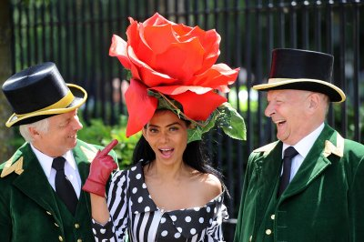Model Eliza Cortez poses between two Greencoats on the first day of Royal Ascot