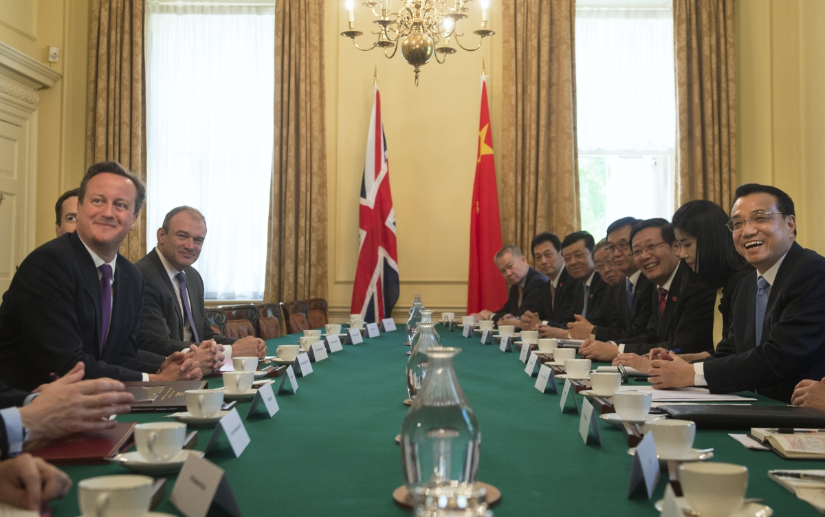 Britain's Prime Minister David Cameron (L) and Chinese Premier Li Keqiang (R) hold a plenary session in Number 10 Downing Street in London June 17, 2014