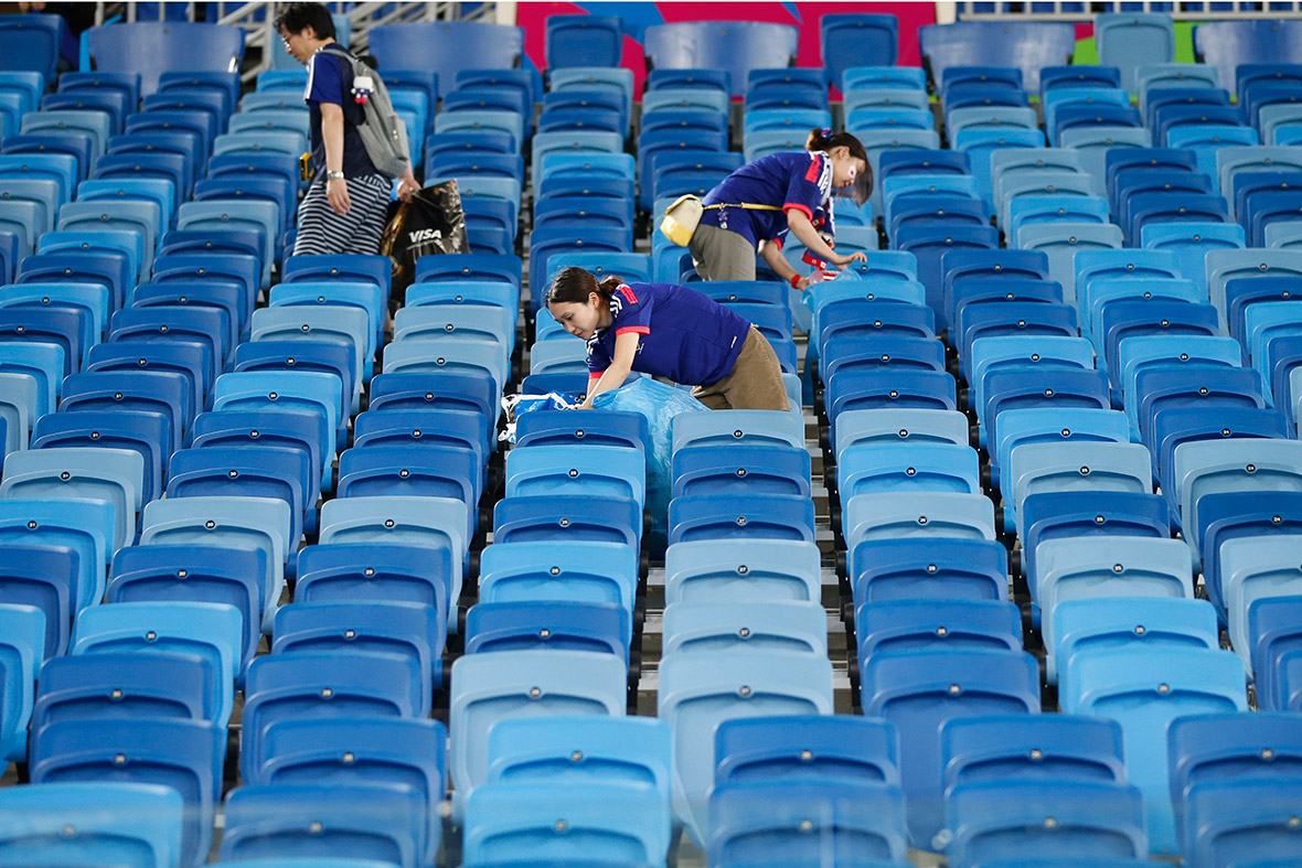 world cup fans japan cleaning