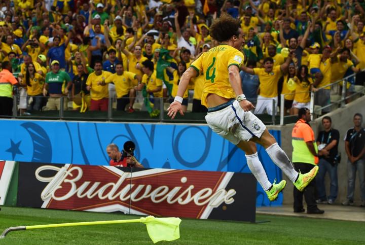 Luiz celebrating
