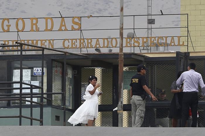 Leidy Figueroa arrives for her wedding to Joran Van der Sloot, which was held in Piedras Gordas penitentiary