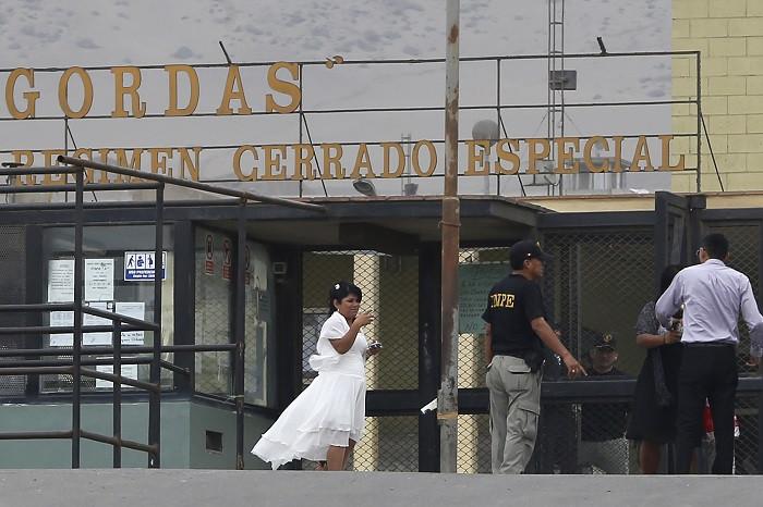 Joran Van der Sloot's bride Leidy Figueroa arrives for her wedding ceremony in Piedras Gordas penitentiary.