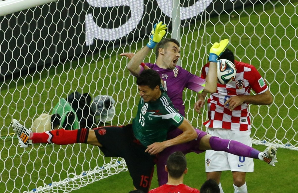 Croatia's goalkeeper Stipe Pletikosa (C) choosese a strange time to break into song, during his country's match with Mexico