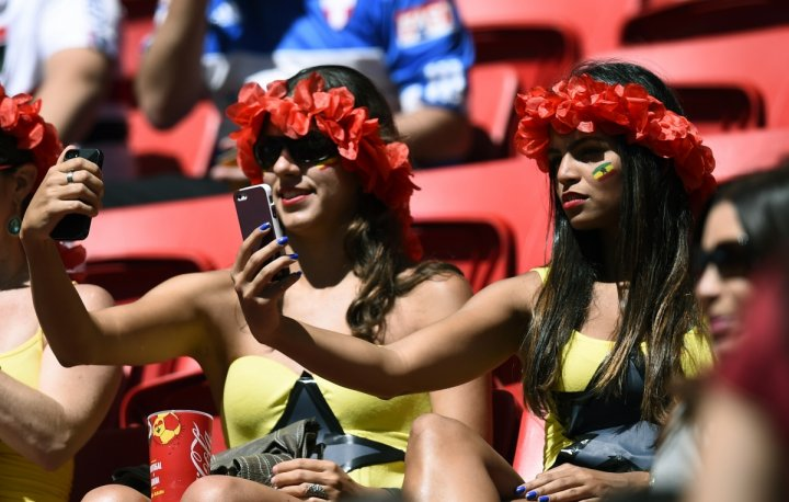 Two Ghana fans pose for selfies furing the 2014 World Cup in Brazil. (reuters)