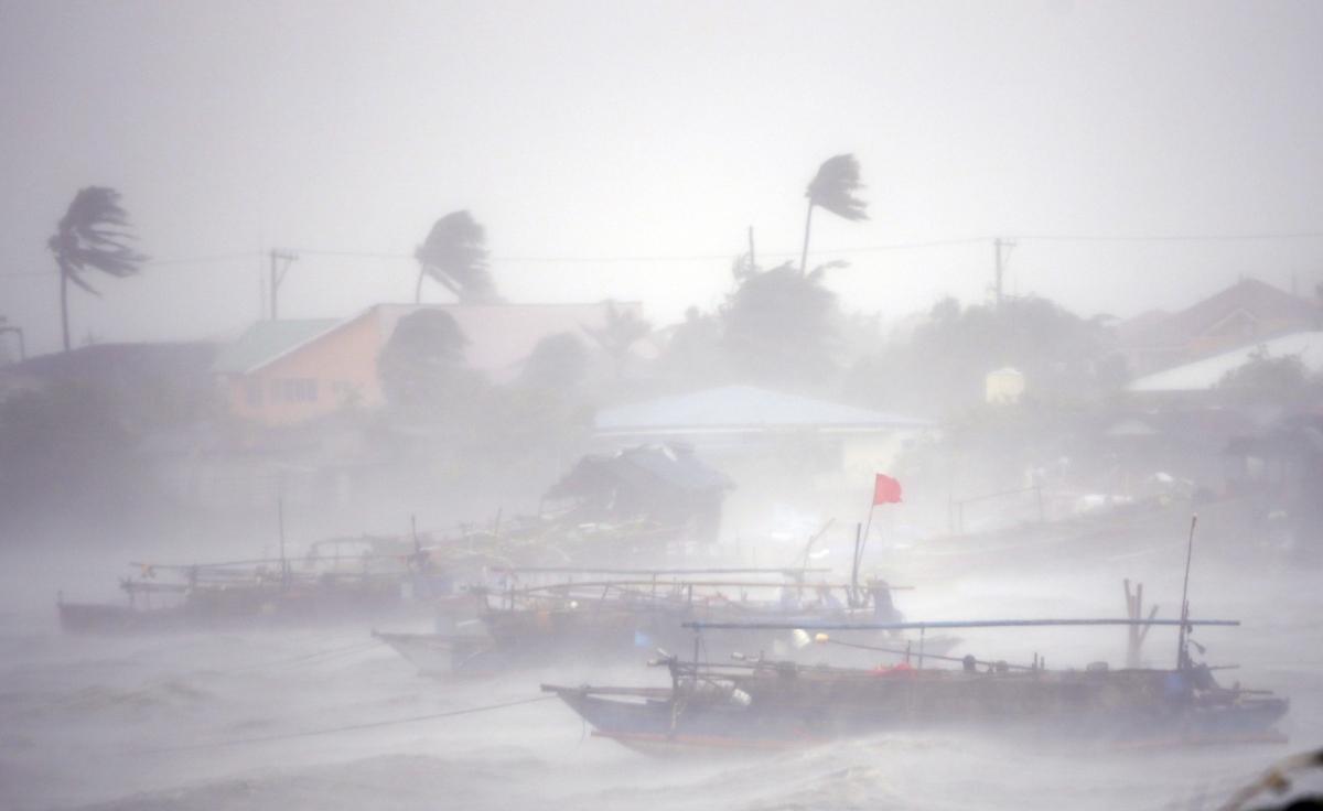 Typhoon Rammasun: At Least Ten Killed and 370,000 Evacuated in Philippines