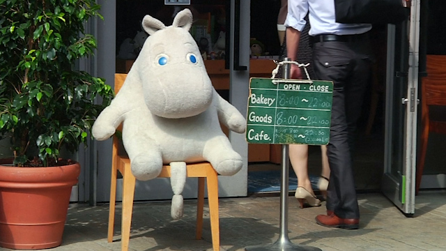 Customers at Tokyo Cafe Have Lunch with Stuffed Moomins