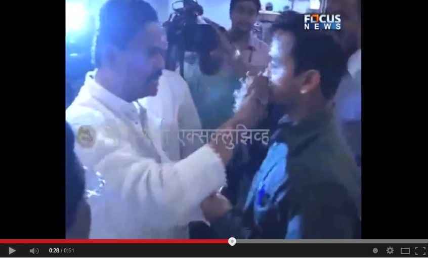 Indian Shiv Sena MP 'force feeds' Muslim Staff: Sparks Massive Outrage on Twitter
