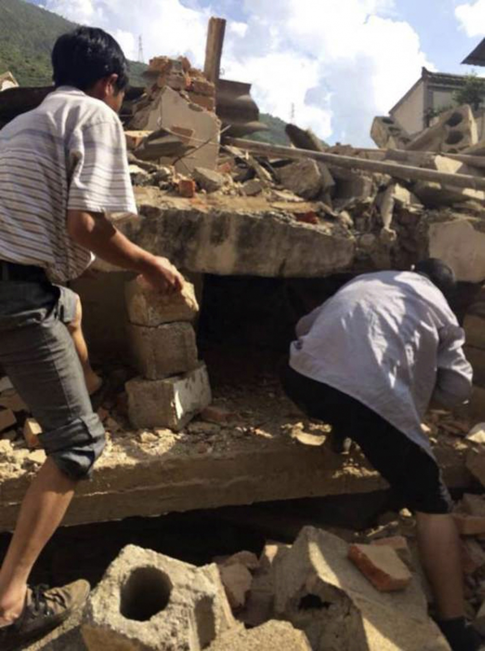 Yunnan Earthquake Search for survivors