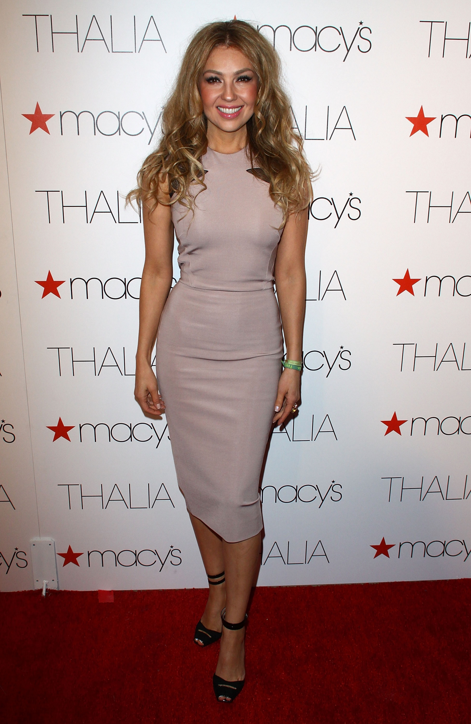 thal a mexican singer who 39 removed ribs to look thinner. Black Bedroom Furniture Sets. Home Design Ideas
