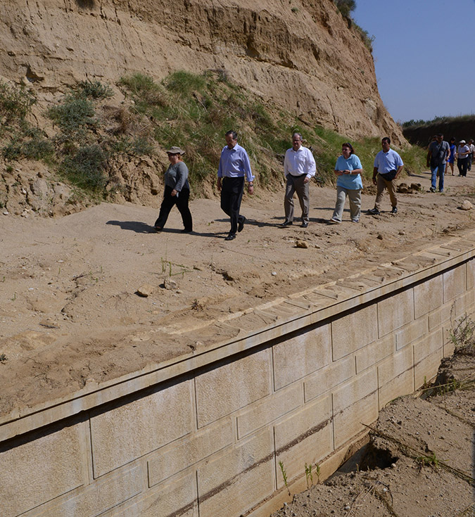 Greek prime minister Antonis Samaras, his wife and Culture minister Constantinos Tassoulas tour the huge burial mound