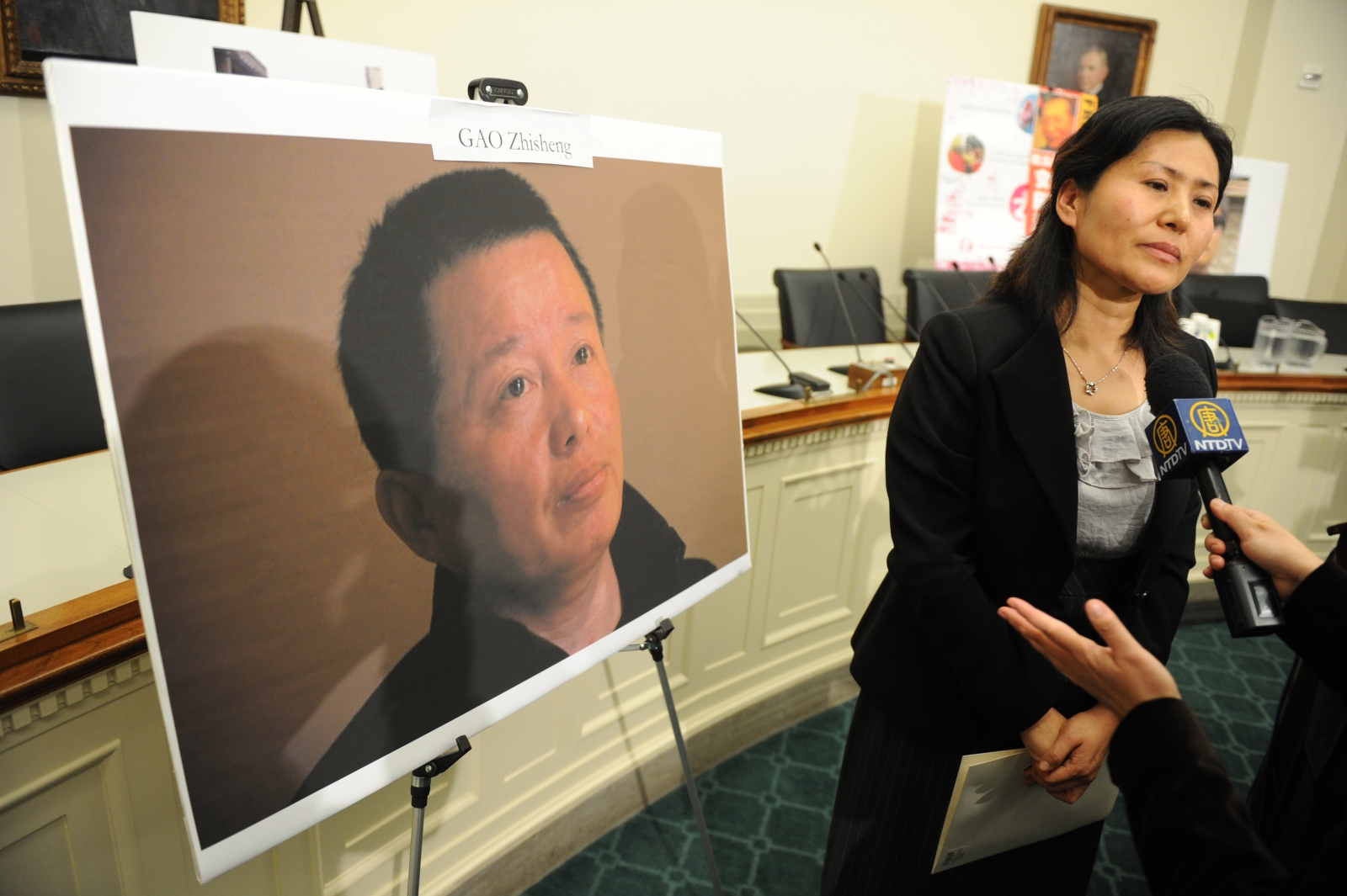 Geng He with a picture of her jailed husband dissident lawyer Gao Zhisheng in 2011, (Getty Tim Sloan)