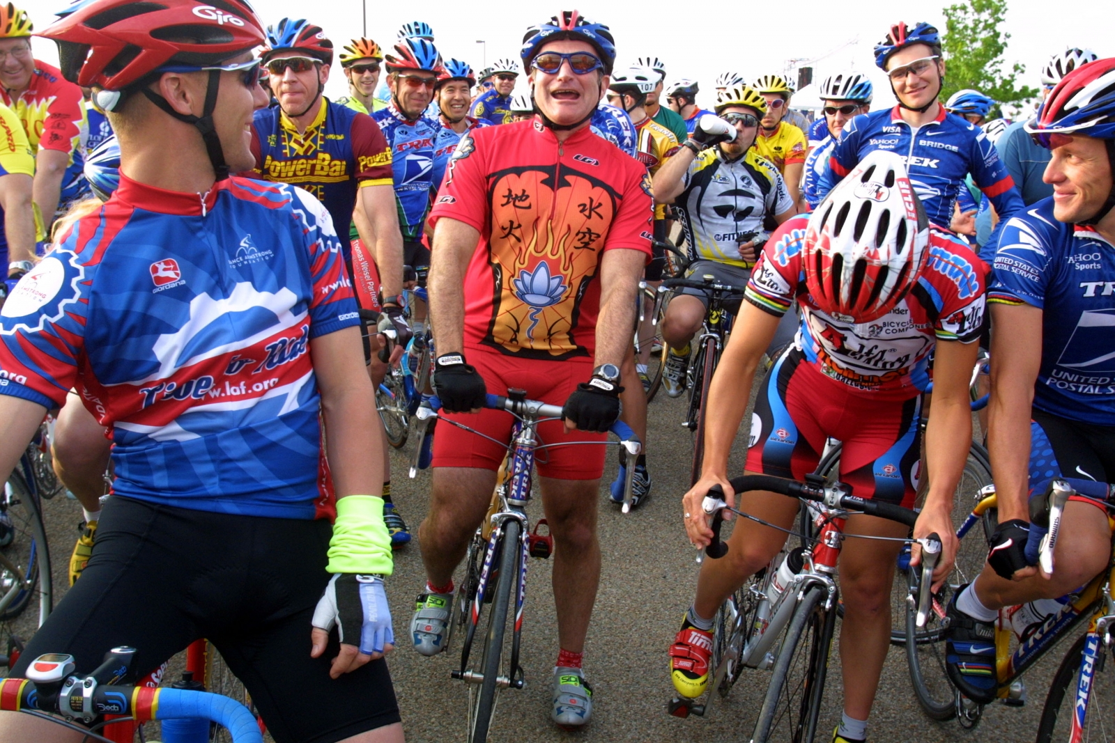 Robin Williams at the Ride for the Roses weekend in Texas, 2001. His friend, Lance Armstrong is on the right. (Getty)