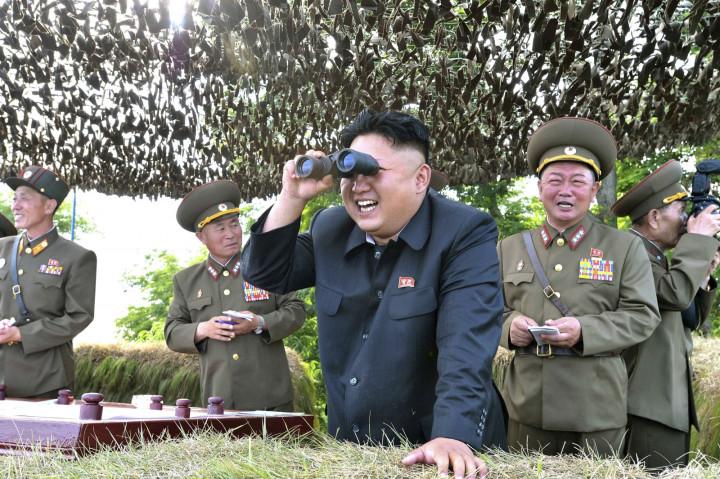 Kim Jong Un looks through binoculars