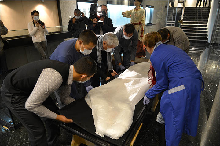 Princess Ukok being moved to the National Museum of A.V. Anokhin in 2012
