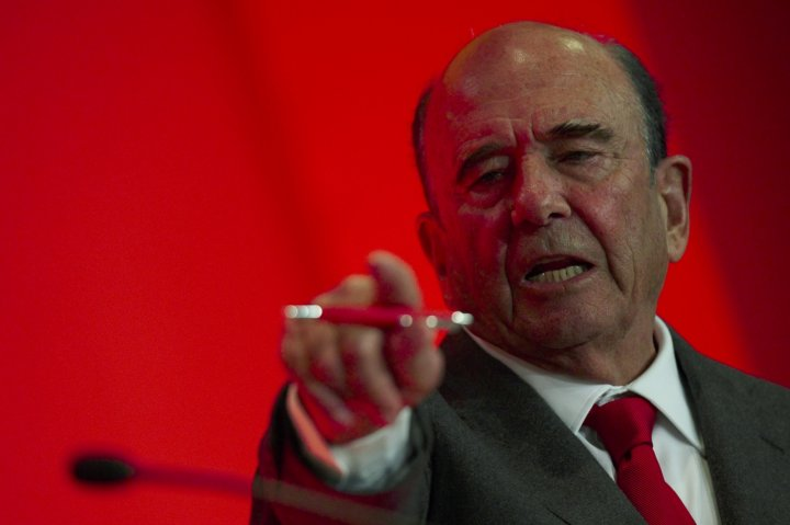 Emilio Botin, chairman of Spain's Santander, gestures during a news conference after the company's results presentation in Boadilla del Monte, near Madrid, January 30, 2014