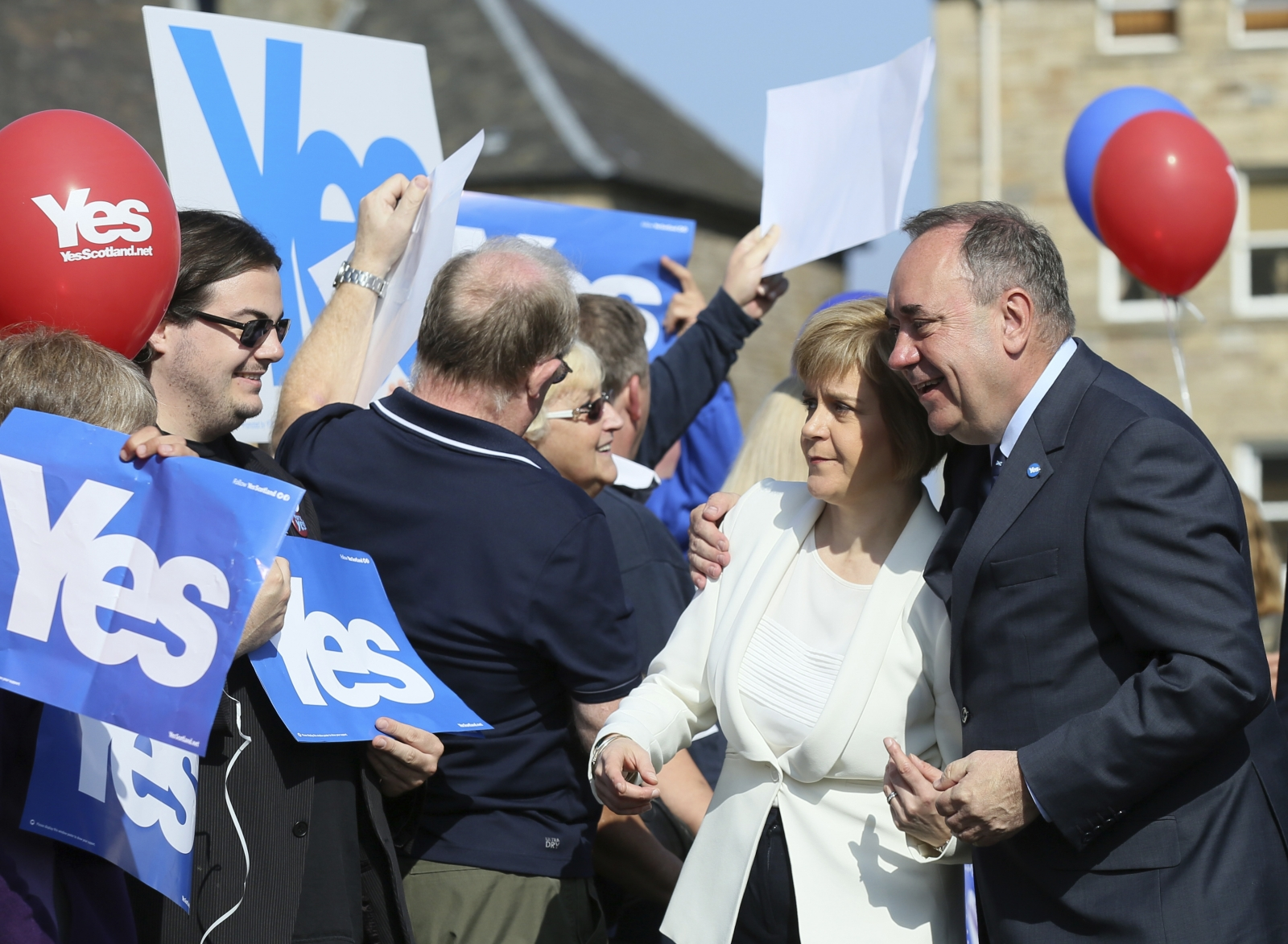 Scotland's First Minister Alex Salmond (R) and deputy First Minister Nicola Sturgeon pose for a photograph as they campaign in Edinburgh, Scotland September 10, 2014.