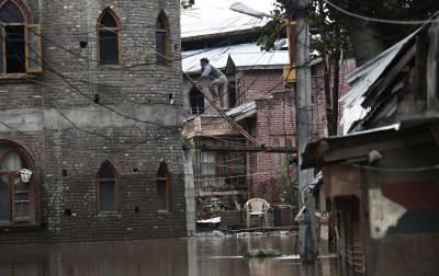 Kashmir Flood Man Ladder