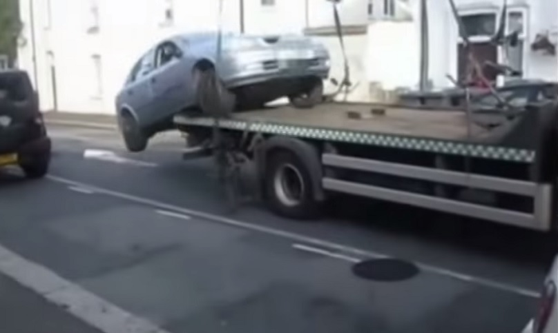 Driver Reverses Car Off Tow Truck To Beat Traffic Wardens