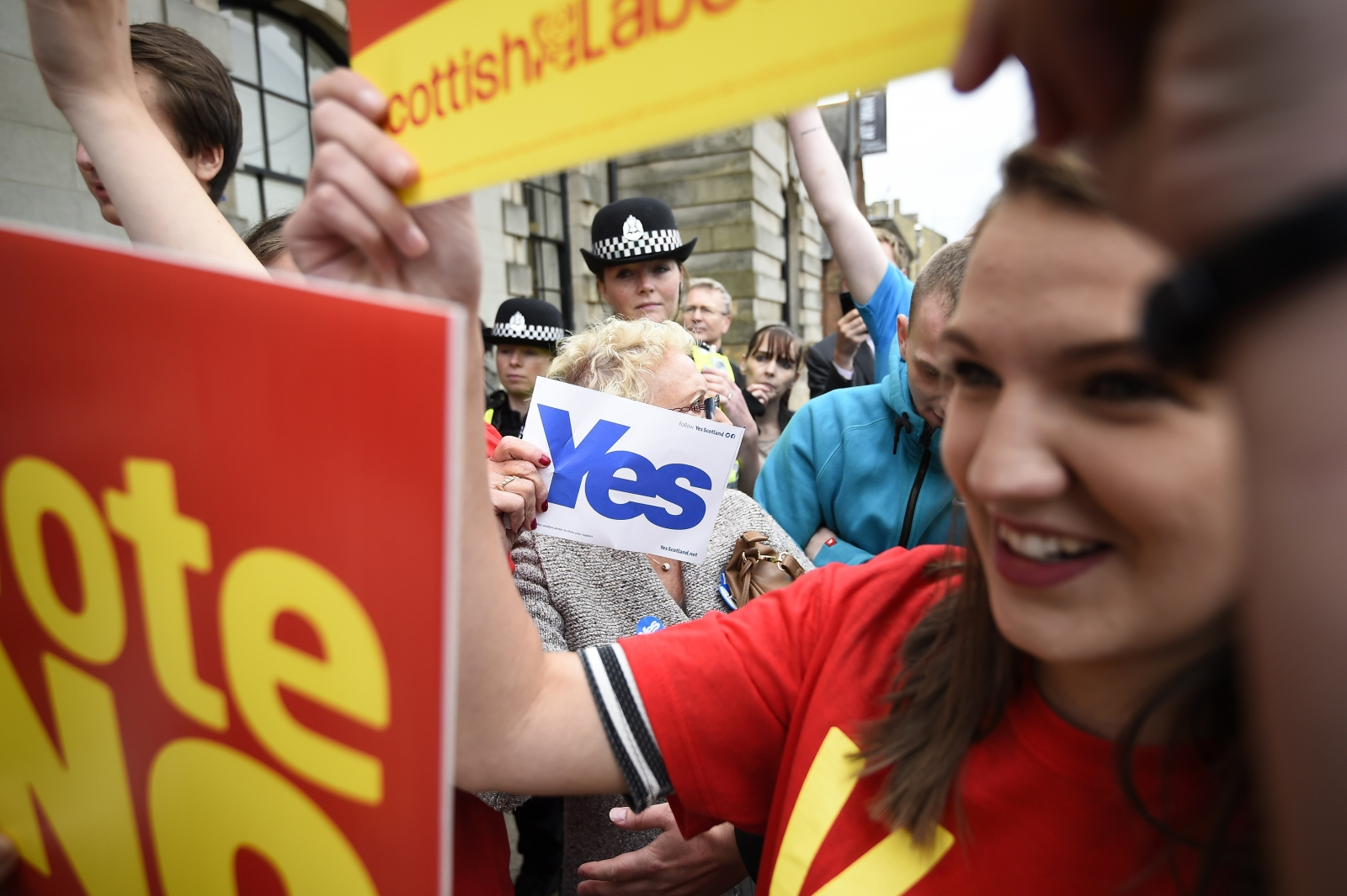 Scotland yes and no to independence campaigners