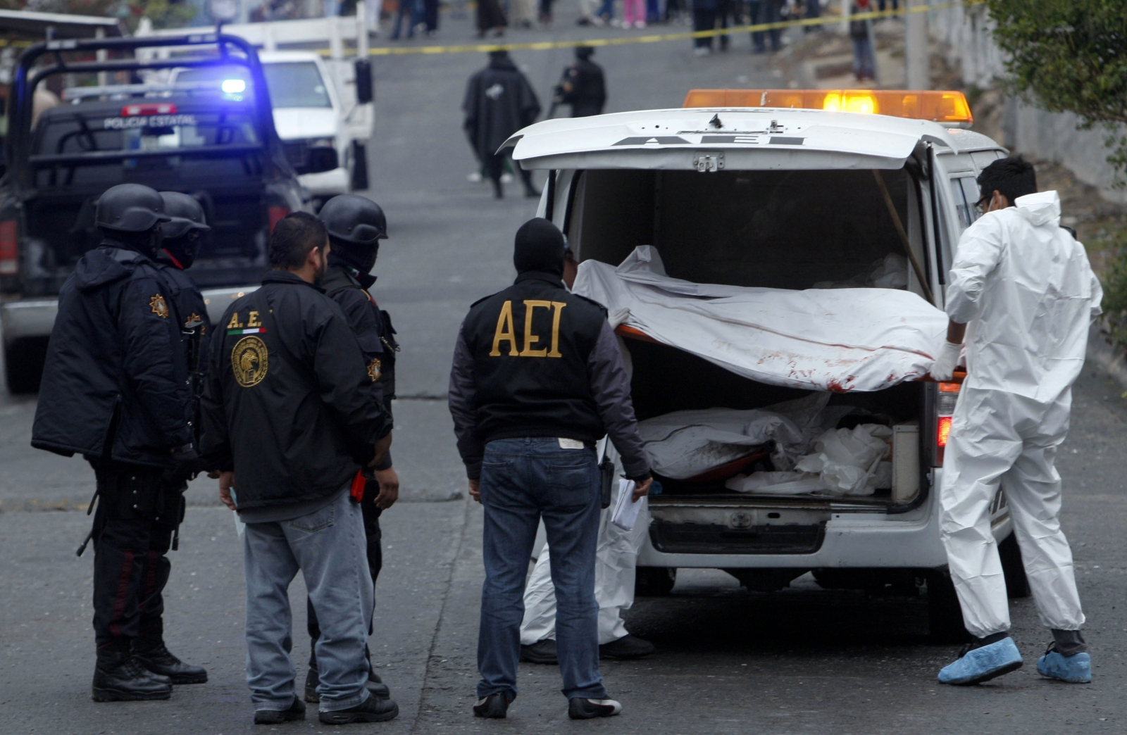 A forensics team takes away the bodies of assasination victims in Mexico. (Getty)