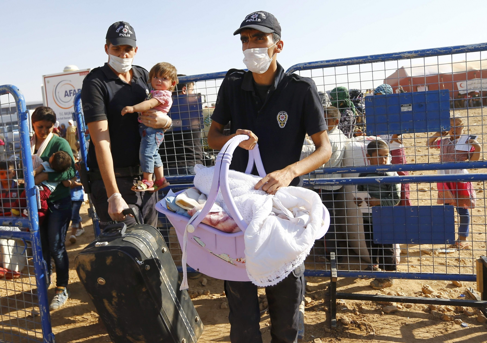 Hundreds of Syrian Refugees Cross into Turkey as Border Crossing Opens