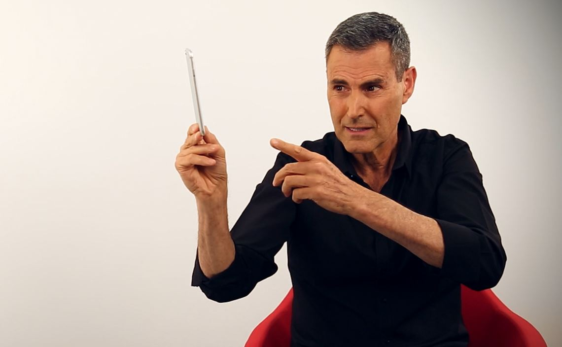 Uri Geller Tries to Bend the iPhone 6