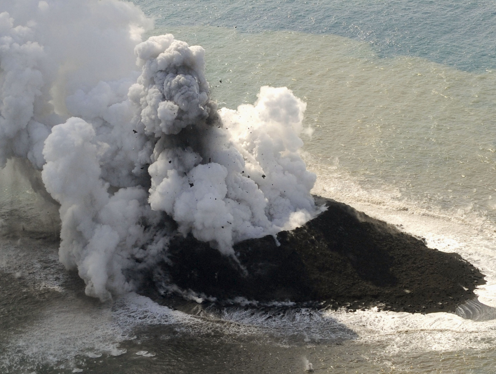 Volcano erupts in central Japan