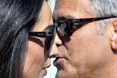 George Clooney and Amal Alamuddin kiss