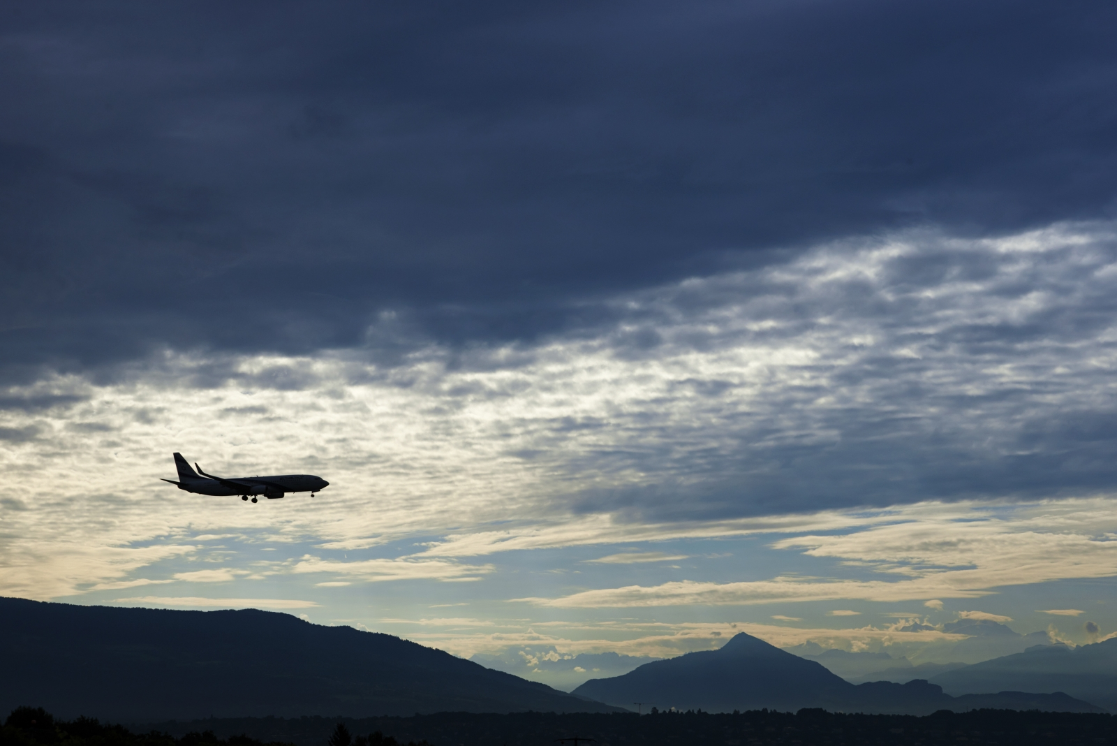 An El Al Airlines aircraft prepares for landing in Cointrin airport during sunrise over the Mont Blanc in Geneva September 9, 2014