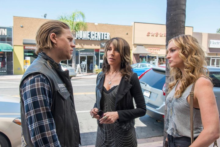 Sons of Anarchy Season 7 Spoilers:  Jax Teller May Not Kill His Mother Gemma After He Finds Out the Truth