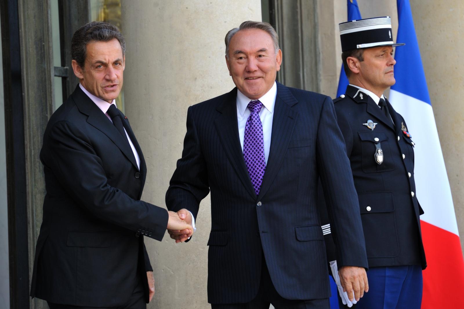 France's President Nicolas Sarkozy (L) welcomes Kazakhstan President Nursultan Nazarbayev