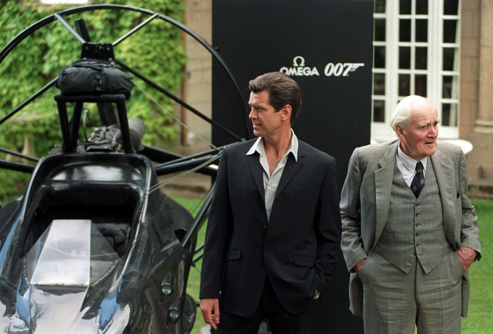 James Bond actor Pierce Brosnan and Desmond Llewelyn, who played Q in 17 of the Bond movies. (Getty)