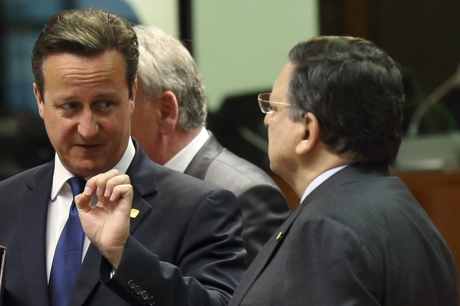 Britain's Prime Minister David Cameron (L) talks to European Commission President Jose Manuel Barroso during a European Union leaders summit in Brussels