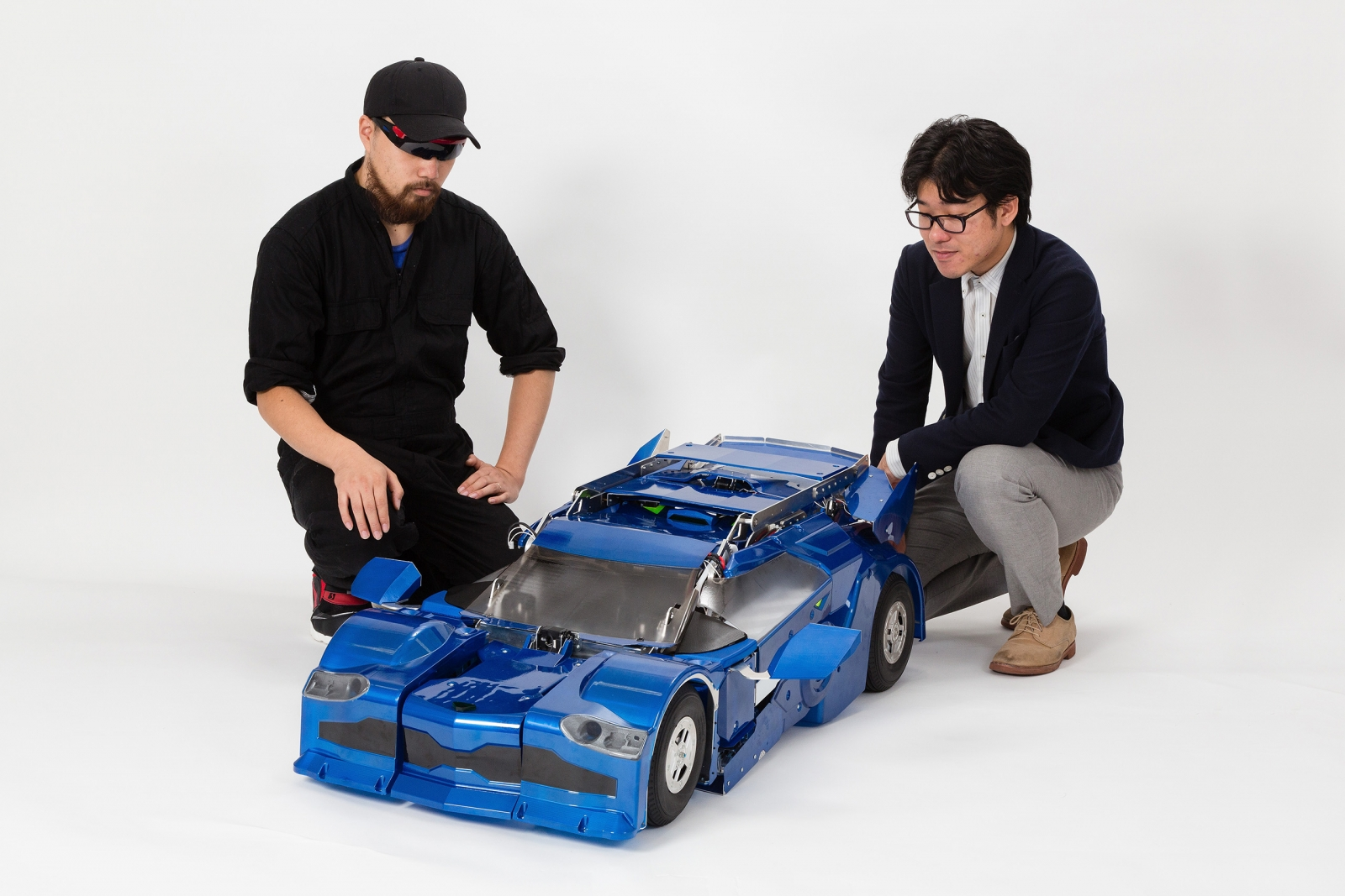 Kenji Ishida of Brave Robotics (left) and Wataru Yoshizaki (right) of Asratec Corp with the J-deite Quarter in its car mode