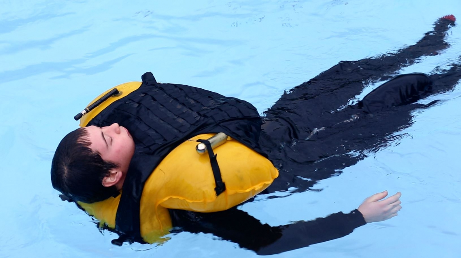 A new type of inflatable body armour protects soldiers who fall into the water and makes sure they can float and breathe