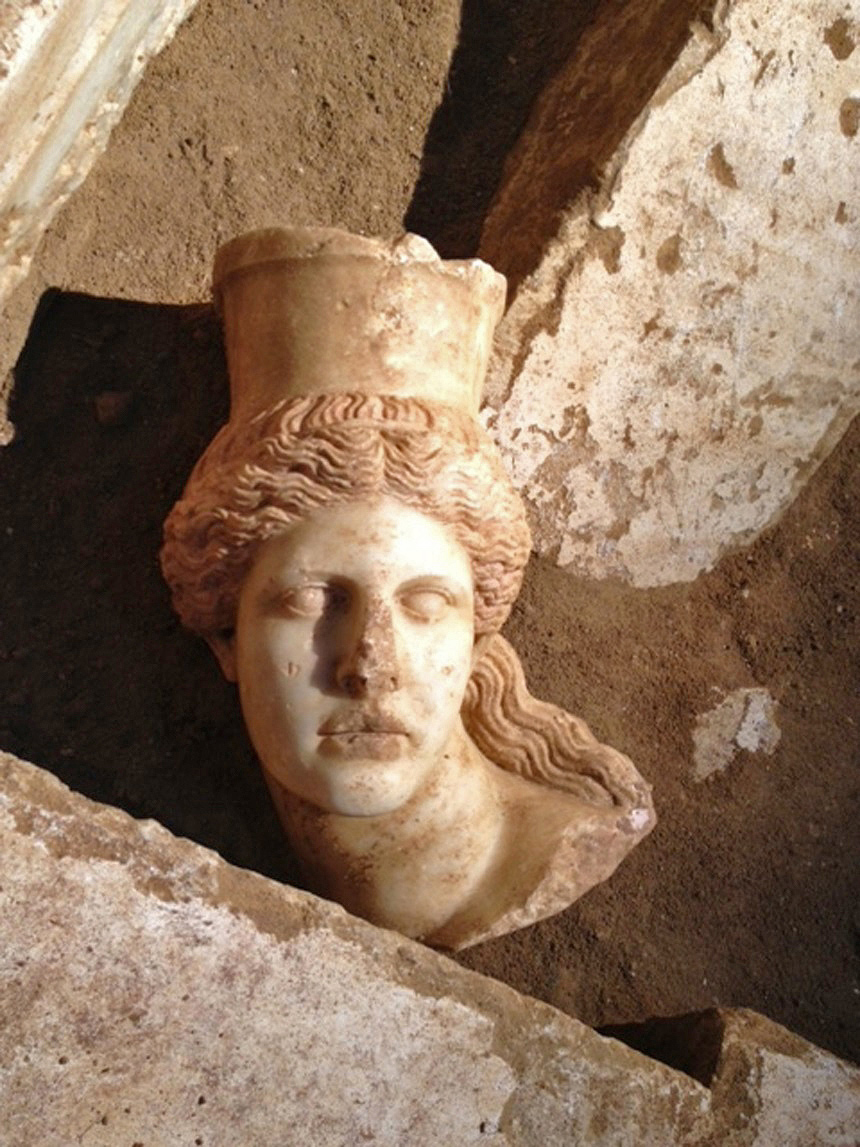 The missing sphinx head matches the right-hand-side sphinx at the entrance of the Amphipolis tomb