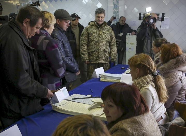 President Petro Poroshenko Votes in Restive Eastern Ukraine Instead of Kiev
