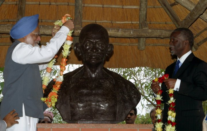 Indian Prime Minister Manmohan Singh (L) and South African President Thambo Mbeki garland a bust of the late Mahatma Gandhi who lived in South African for 21 years