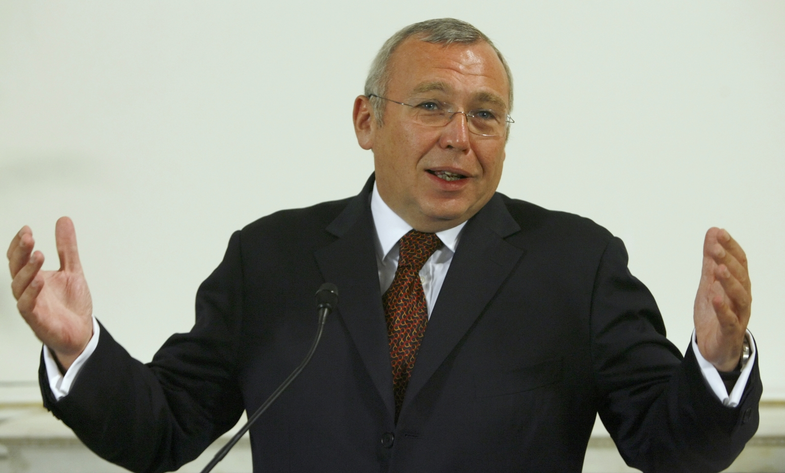 Ex-Austrian Chancellor Alfred Gusenbauer addresses a news conference following his last cabinet meeting in Vienna November 26, 2008.