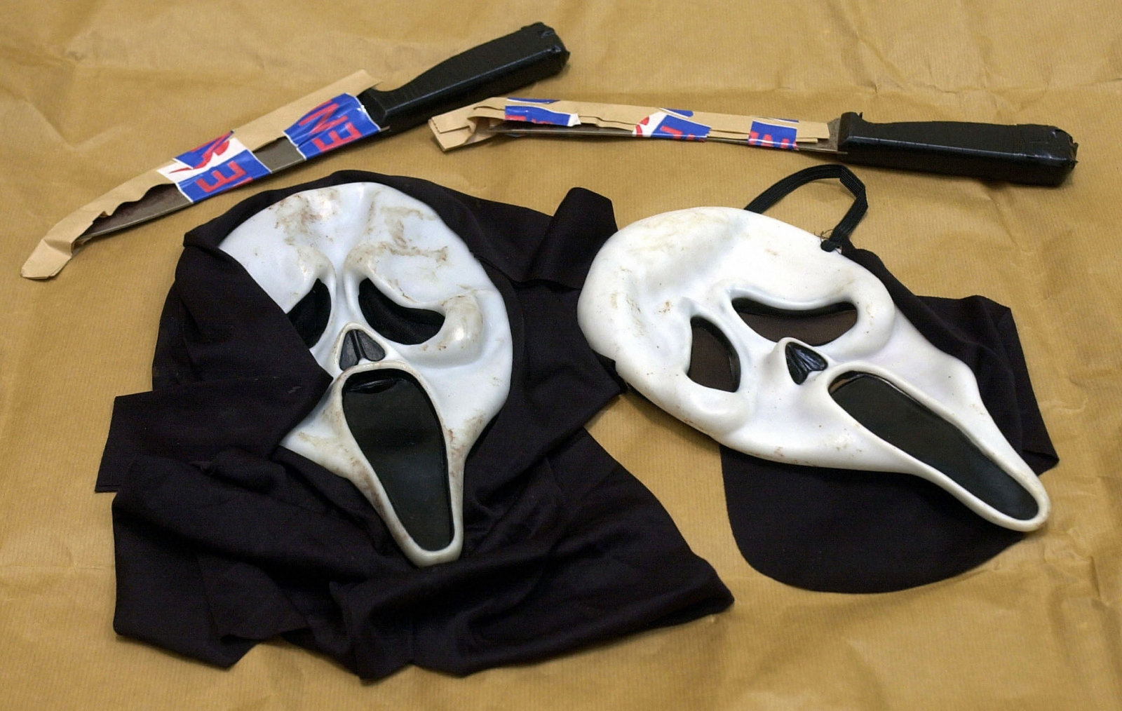 Scream movie masks and knives