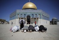 Palestinians from Gaza pray in front of the Dome of the Rock during their visit at the compound known to Muslims as Noble Sanctuary and to Jews as Temple Mount in Jerusalem\'s Old City October 5, 2014