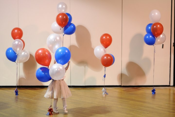 A little girl plays with balloons at Republican U.S. Senate candidate Scott Brown's midterm election night rally in Manchester, New Hampshire November 4, 2014