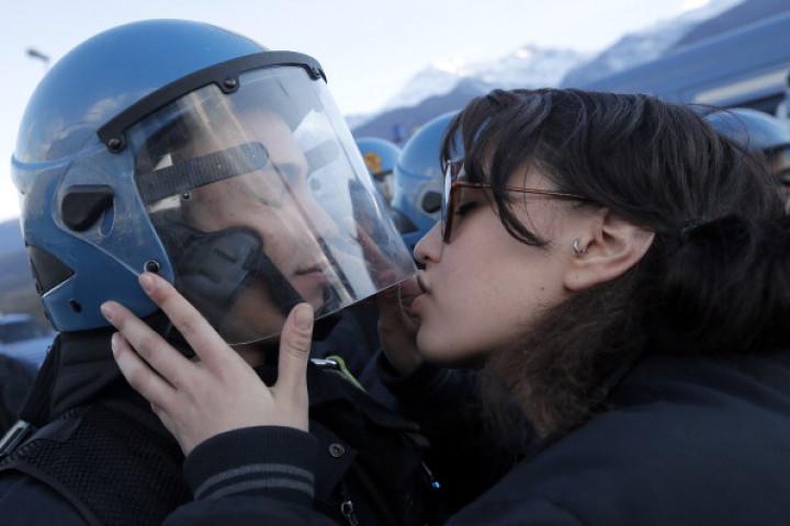 TAV protest kiss policeman Italy