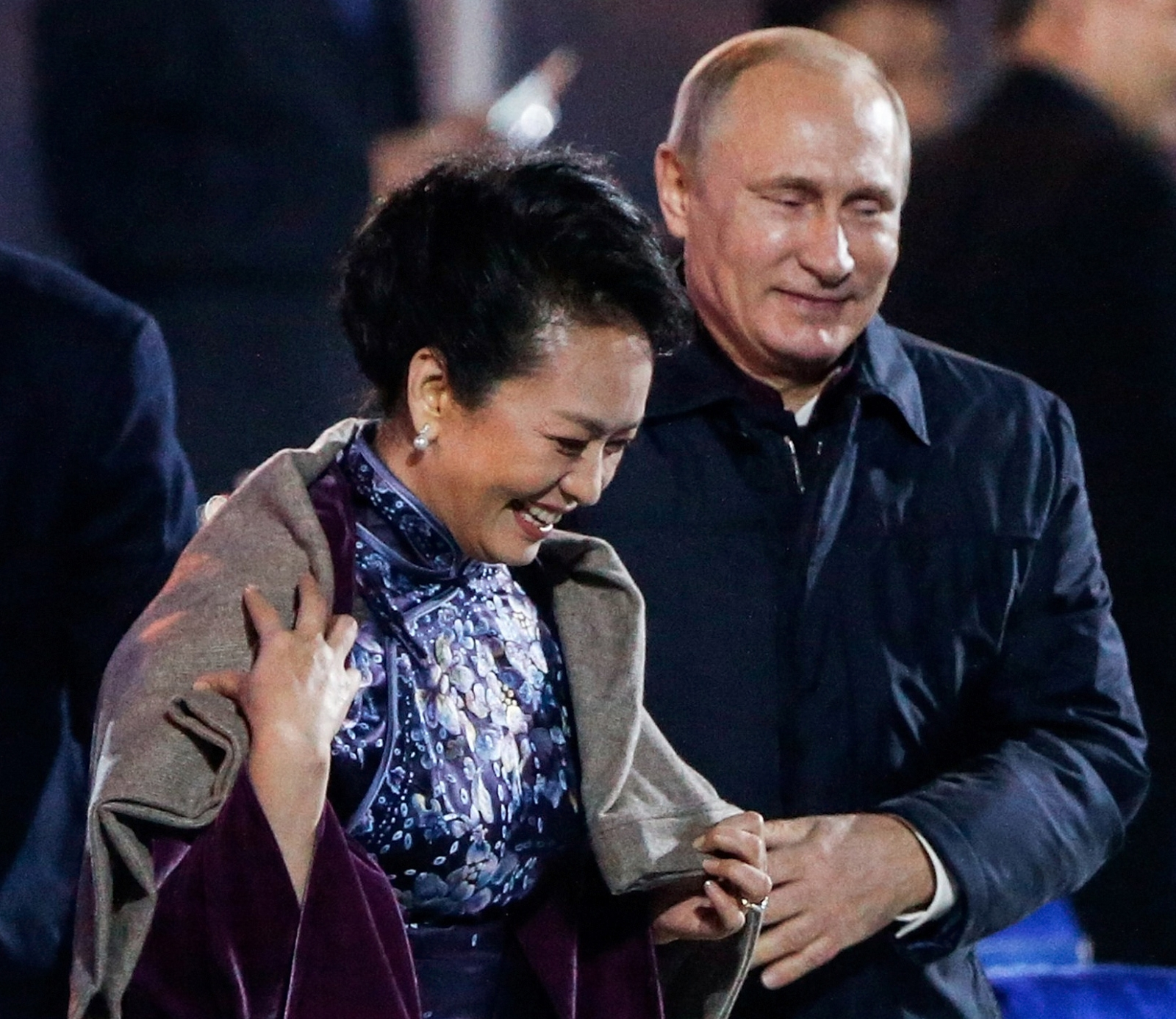 Vladimir Putin Offers Shawl to China's First Lady Peng Liyuan