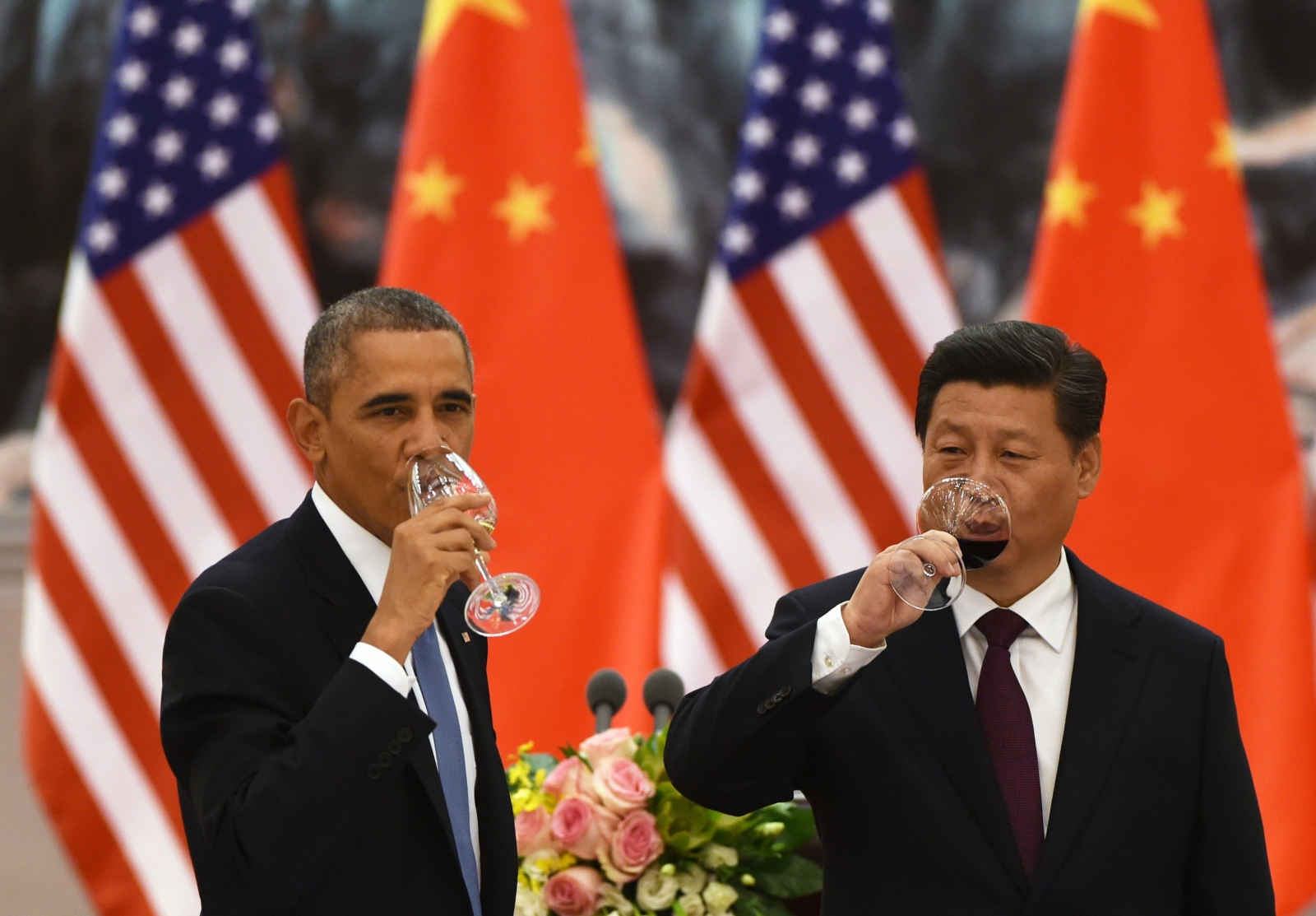 US President Barack Obama (L) and Chinese President Xi Jinping (R)
