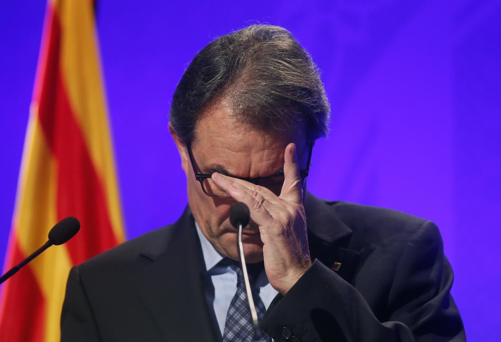 Catalan President Artur Mas gestures during a news conference at Palau de la Generalitat in Barcelona, November 11, 2014
