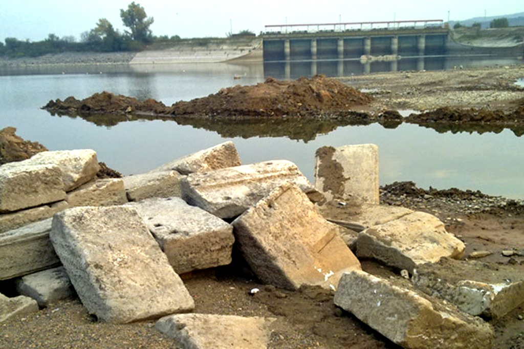 Slabs of marble from the Kasta Hill tomb have been found in the artificial reservoir of Lake Kerkini, which flows into the Strymónas River